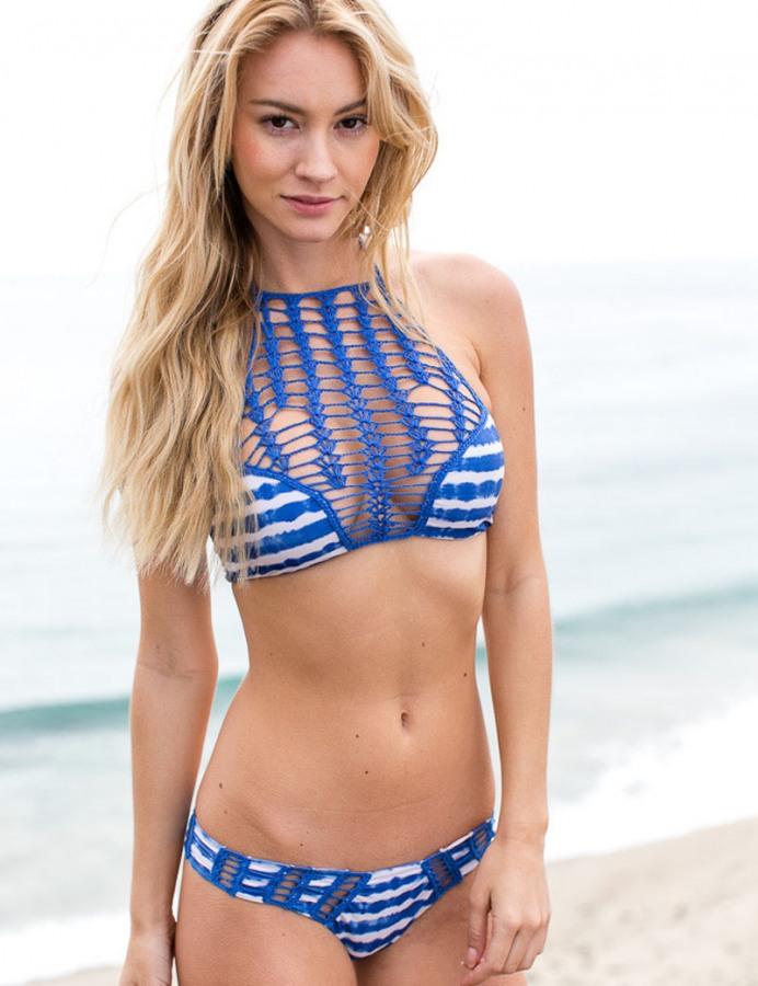 Göğsü Saran Bikini